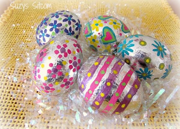 Яйця загорнуті у фольгу і розмальовані