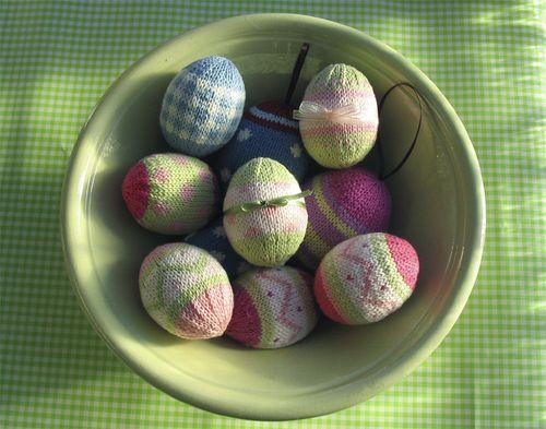 Яйця у жупанчиках, сплетених спицями