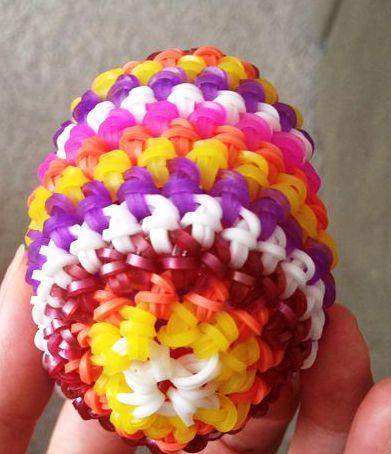 Яйце в жупанчику з кольорових резиночок