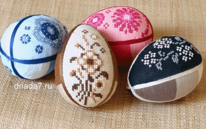 Яйце загорнуте у вишиту тканину